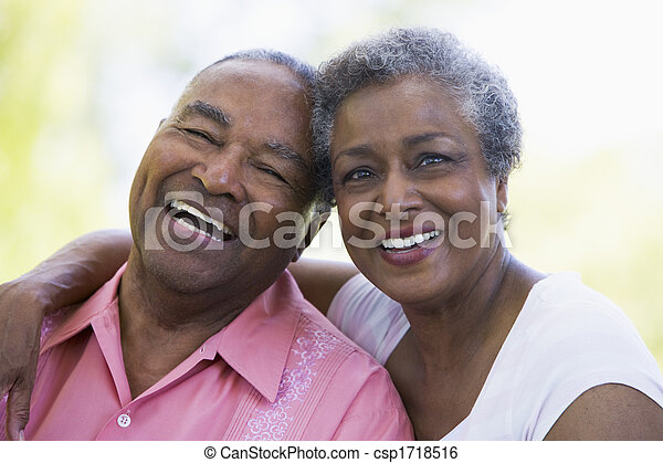 Una pareja mayor sentada al aire libre - csp1718516