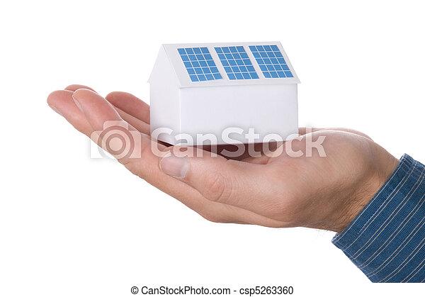 Casa con panel solar - csp5263360