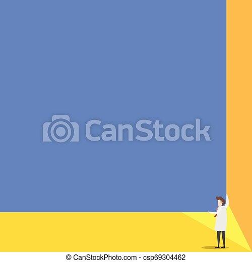 Los científicos mantienen una tabla cuadrada con sus dos manos. El hombre de pie se encarga de la gran tabla de presentación. Erudito mostrando al público nuevos inventos para ahorrar energía. - csp69304462