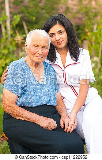Cuidando a un médico con una anciana - csp11222952