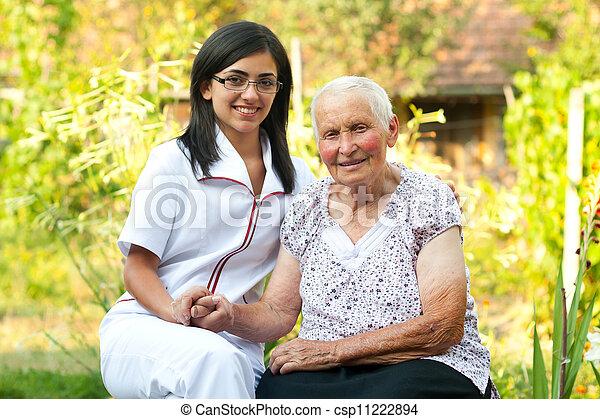 Cuidar a un médico con una mujer mayor - csp11222894