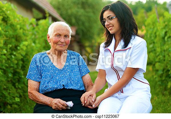 Cuidar al doctor con una anciana enferma al aire libre - csp11223067
