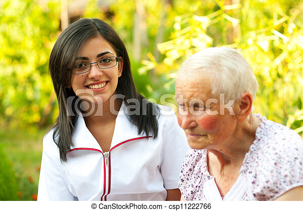 Doctor / enfermera con anciana - csp11222766