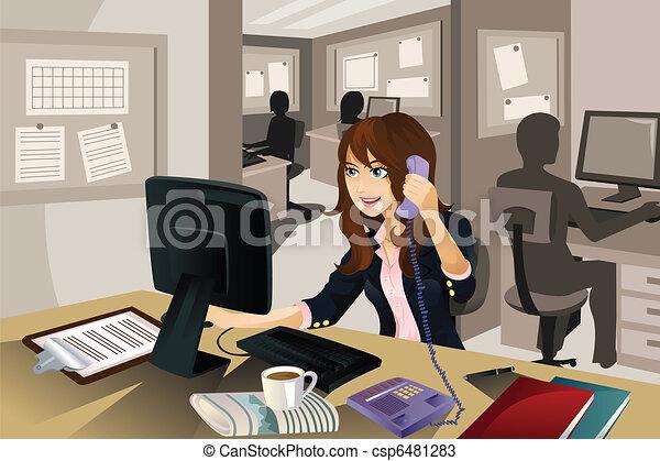 Mujer de negocios trabajando en la oficina - csp6481283