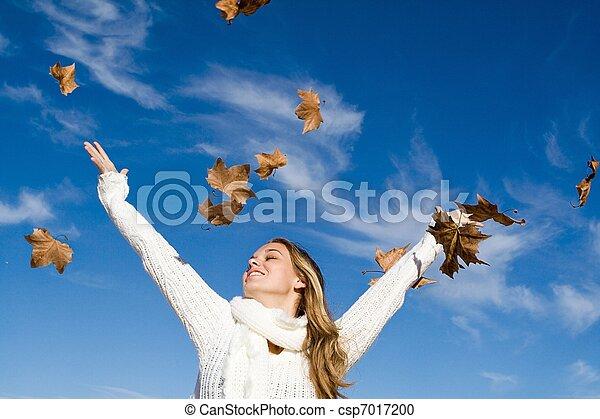 Mujer de otoño brazos levantados en felicidad - csp7017200
