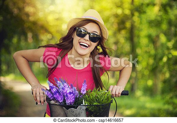Mujer feliz pasando el tiempo en la naturaleza - csp14616657