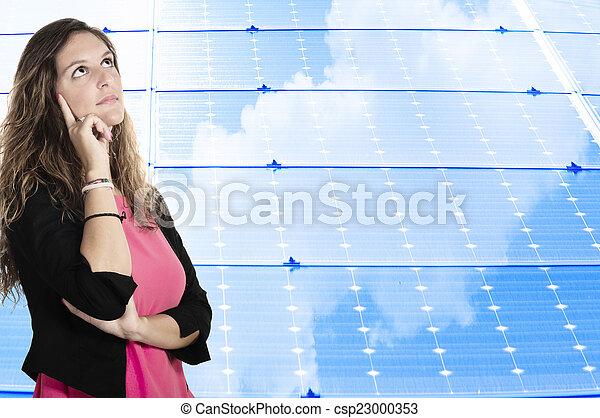 Mujer de negocios en el fondo del panel solar - csp23000353