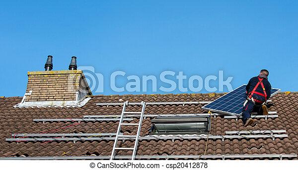 Hombre poniendo el panel solar en el techo - csp20412878