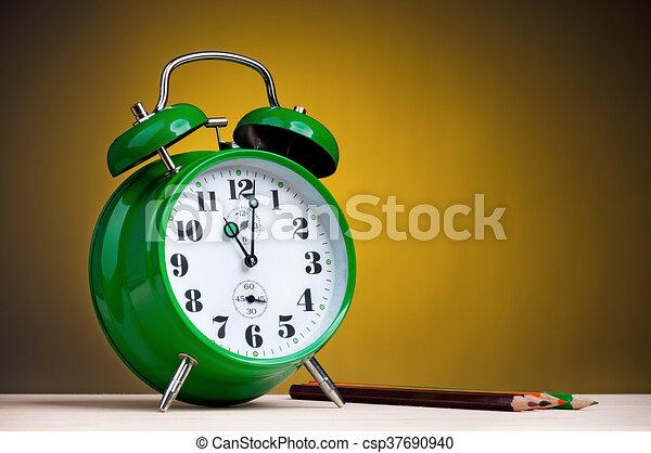Reloj de alarma con lápices - csp37690940