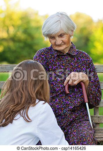 Una mujer mayor con el joven doctor - csp14165426