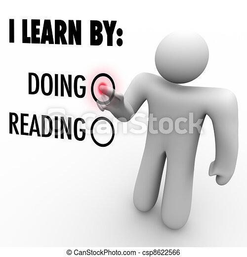 Yo aprendo haciendo vs leyendo al hombre eligiendo el estilo educativo - csp8622566